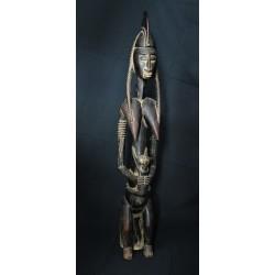 Reine Bambara tenant son enfant 90cm